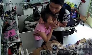 Trích xuất camera nhận dạng kẻ dí dao vào cổ bắt cô gái chuyển tiền