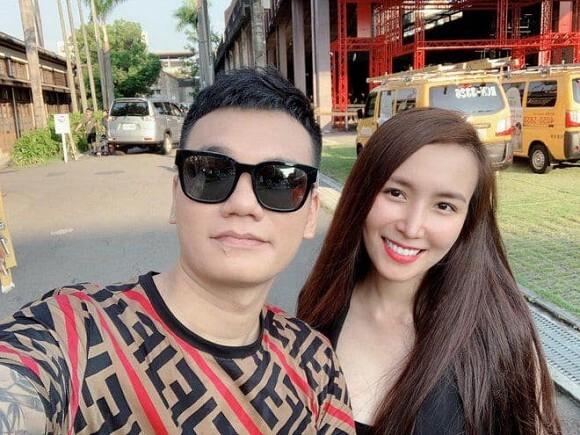 Khắc Việt vỡ òa khi vợ hạ sinh thành công đôi trai gái