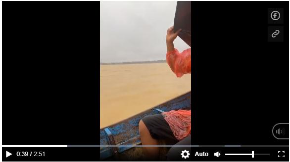 Xúc động hình ảnh Thủy Tiên đội mưa lênh đênh trên 'biển lũ' Quảng Bình cứu trợ người dân