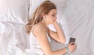 Thói quen đeo tai nghe khi ngủ rất nguy hại cho sức khỏe