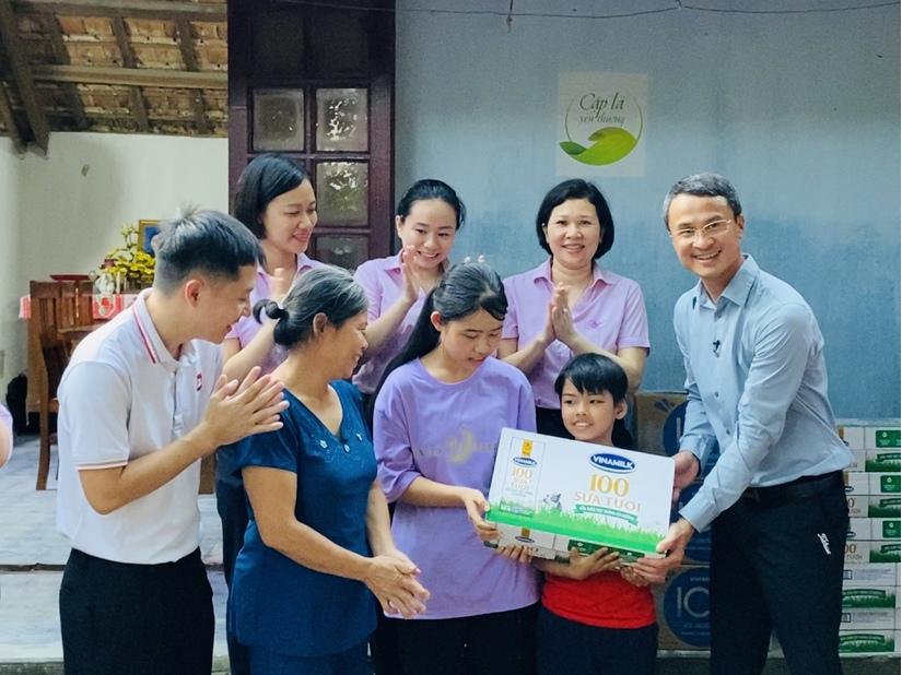 Vinamilk tặng học bổng cho một 'chiếc lá chưa lành' tại Nghệ An