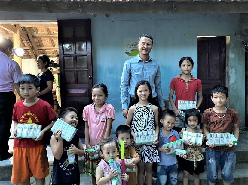 Vinamilk tặng học bổng cho một 'chiếc lá chưa lành' tại Nghệ An.1