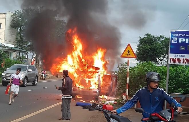 Ô tô 7 chỗ cháy rụi trên quốc lộ 20