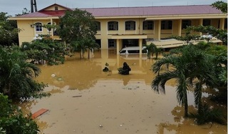 Hai bệnh viện ở Quảng Bình bị cô lập trong lũ, bác sĩ và bệnh nhân vất vả chống chọi