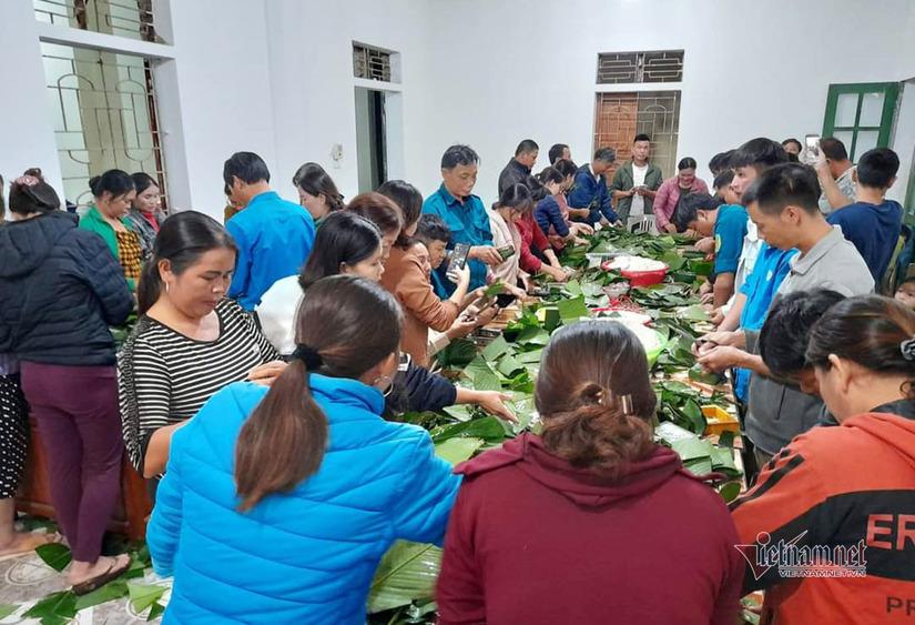 Người dân mọi miền đất nước thức thâu đêm gói bánh chưng, bánh tét gửi cho miền Trung