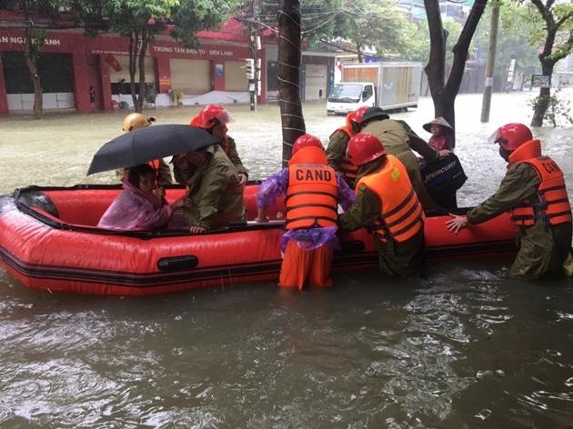 Di dời khẩn cấp hàng ngàn hộ dân vùng lũ ở Hà Tĩnh