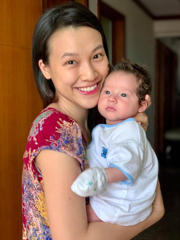 MC Hoàng Oanh khoe ảnh gia đình ở Singapore, con trai lai Tây chiếm trọn sự chú ý