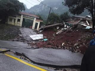 Sạt lở nguy hiểm tại đồn biên phòng quốc tế Cha Lo, mặt đường QL12A bị xé nát