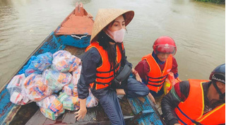 Nhận được 100 tỷ đồng cứu trợ miền Trung, Thủy Tiên nhắn nhủ 'đừng chửi mình nha'
