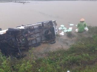 Ô tô chở hàng cứu trợ lật nhào xuống ruộng
