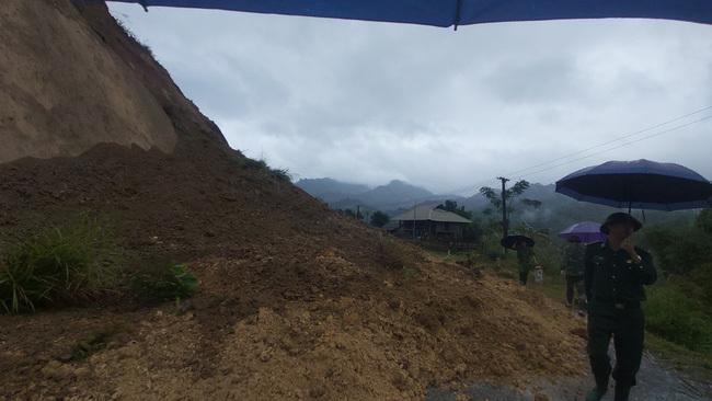 Sạt lở đất ở Thanh Hóa, bộ đội và người dân sơ tán khẩn cấp