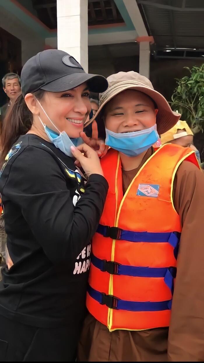 Bị chỉ trích tươi cười khi đi làm từ thiện, Phi Nhung nói gì