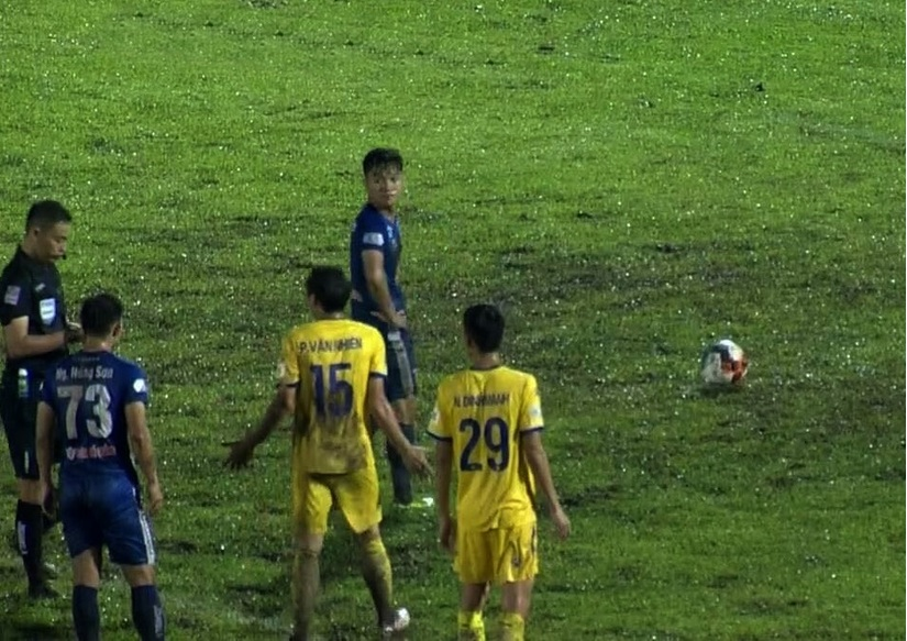 Quảng Nam đánh bại Nam Định trong trận cầu hai thẻ đỏ