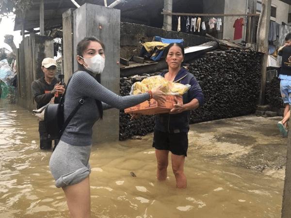 Thủy Tiên chính thức về đến TP HCM sau gần 1 tuần đi cứu trợ miền Trung