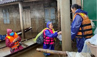 Mẹ Hồ Ngọc Hà lội nước, trao tiền tận tay các hộ dân bị ngập sâu ở Quảng Trị
