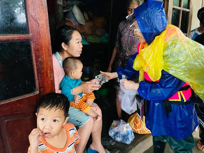 Mẹ Hồ Ngọc Hà lội nước trao tiền tận tay các hộ vùng ngập sâu Quảng Trị