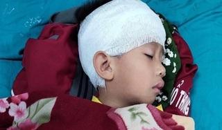 Bố đi chở cơm thiện nguyện, bé trai 5 tuổi ở nhà trượt chân rơi từ tầng 2 xuống đất