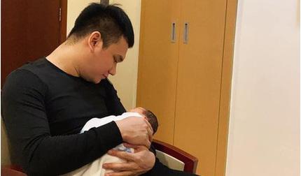 Khắc Việt lần đầu khoe ảnh bế con gái đầu lòng