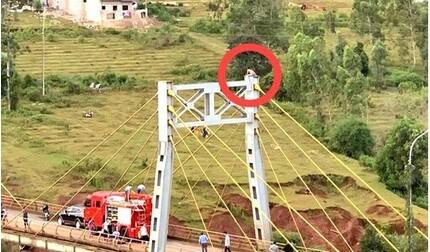 Thanh niên trèo lên đỉnh trụ cầu tự tử vì bị bố vợ mắng