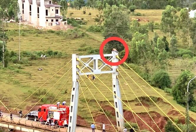 Nghẹt thở giải cứu thanh niên trèo lên đỉnh trụ cầu tự tử vì bị bố vợ mắng