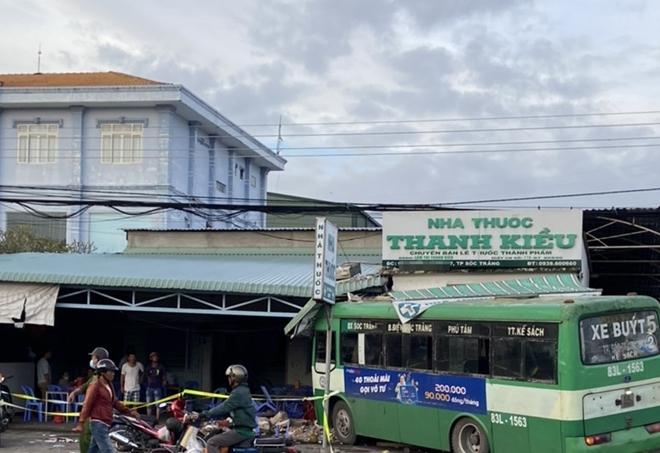 Xe buýt tông sập một phần nhà thuốc rồi lao vào quán cơm