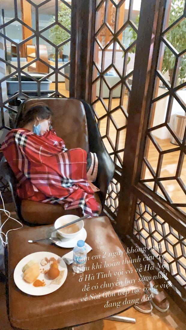 Dường như sau 2 đêm thức trắng cứu trợ người dân miền Trung, Hòa Minzy đã kiệt sức nên cô phải thiếp đi khi chờ chuyến bay về Gài Gòn.