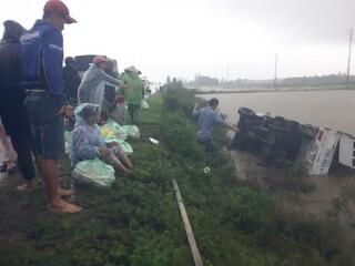 Tin tức tai nạn giao thông ngày 21/10: Ô tô chở nhiều người bị lật trên đường đi cứu hộ