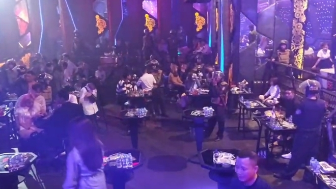 Bắt quả tang hàng chục dân chơi 'bay lắc' tại quán bar