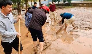 Lũ rút, trường học tan hoang, sách vở và máy tính phủ dày bùn đất
