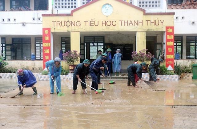 Lũ rút, trường học tan hoang ngập rác, bùn đất phủ dày.4