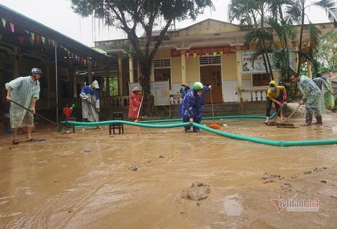 Lũ rút, trường học tan hoang ngập rác, bùn đất phủ dày.6