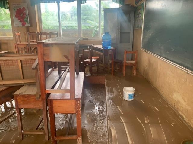 Lũ rút, trường học tan hoang ngập rác, bùn đất phủ dày.2