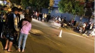2 thanh niên bốc đầu xe máy, người ngồi sau văng ra bị ô tô chèn tử vong