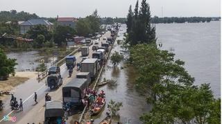 Hàng trăm xe chở hàng cứu trợ vùng lũ nối đuôi nhau, quốc lộ 1 ùn tắc