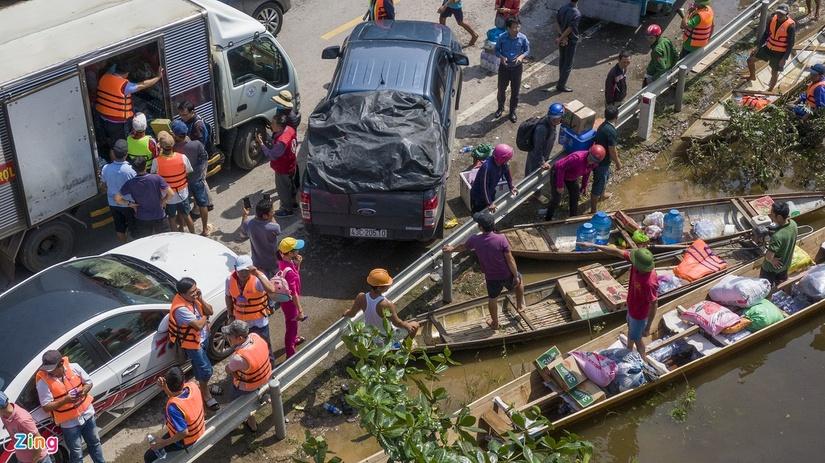 Hàng trăm xe chở hàng cứu trợ vùng lũ, quốc lộ 1 ùn tắc