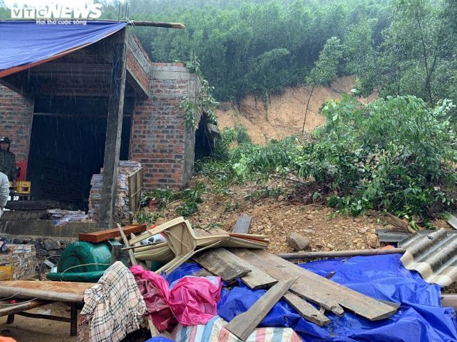 Hàng chục hộ dân khẩn cấp di dời vì núi xuất hiện lở nứt lớn