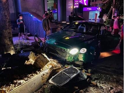 Siêu xe Bentley 25 tỷ chưa lắp biển nát đầu, tung túi khí sau cú tông vào bồn cây