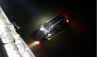 Ô tô lao từ cầu xuống sông, cả gia đình may mắn thoát nạn