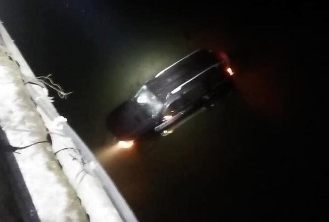 Ô tô lao từ cầu xuống sông, cả gia đình thoát nạn