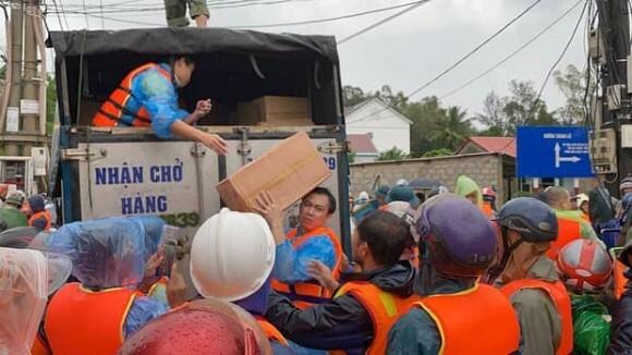 Bị chỉ trích vì ném đồ cứu trợ cho người dân, Hồ Việt Trung nói gì