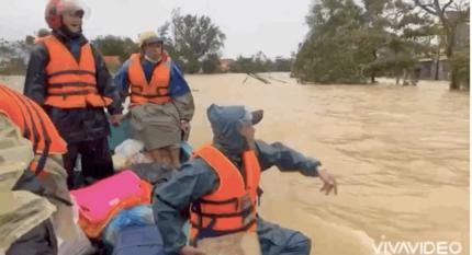 Bị chỉ trích vì ném đồ cứu trợ cho người dân, Hồ Việt Trung nói gì?