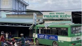 Tin tức tai nạn giao thông ngày 22/10: Xe buýt lao vào nhà thuốc, nhiều người bỏ chạy