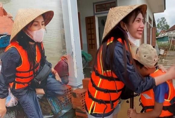 Thủy Tiên bức xúc khi bị chỉ trích giúp đỡ 2 em học sinh nghèo vùng lũ