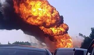 Xe bồn bốc cháy kinh hoàng trên cao tốc Hà Nội - Hải Phòng