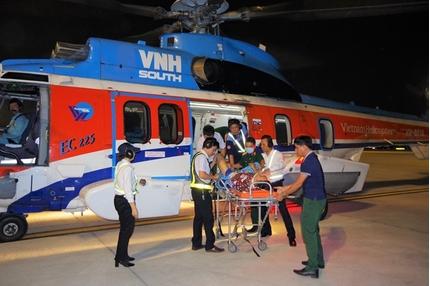 Đưa 2 quân nhân từ Trường Sa về đất liền cấp cứu bằng trực thăng