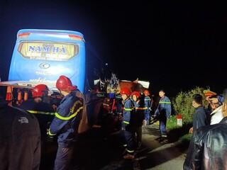 Xe khách húc vào đuôi xe tải đang dừng sửa chữa, 1 người tử vong