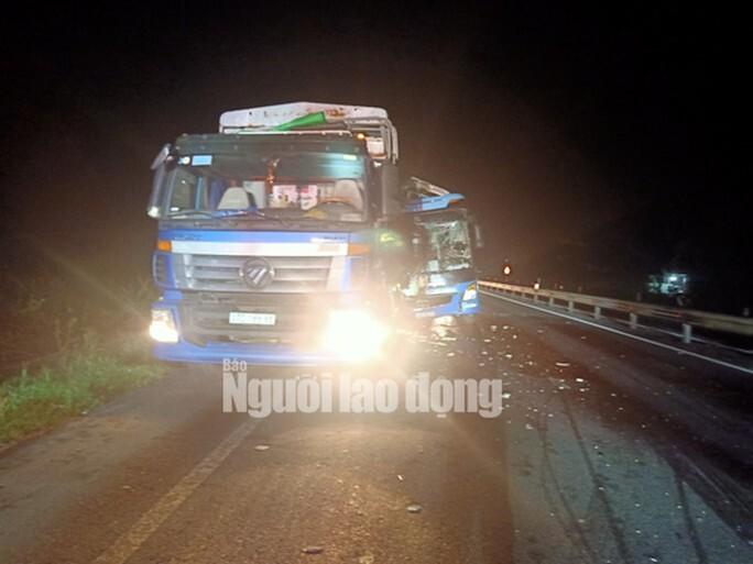 Xe tải hỏng lốp đang dừng vệ đường thì bị xe khách húc đuôi, 1 người tử vong