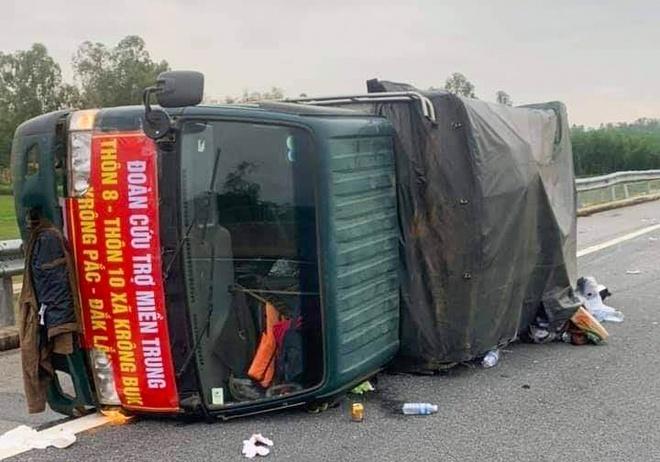Xe tải chở hàng cứu trợ bị lật, tài xế nguy kịch