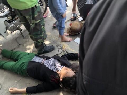 Đang đón xe ôm, người phụ nữ bị cướp giật túi xách ngã xuống đường trọng thương