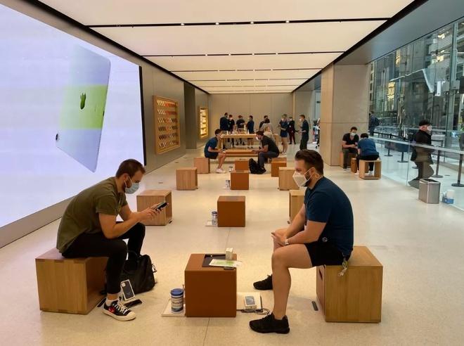 Apple Store vắng vẻ trong ngày đầu tiên mở bán iPhone 12